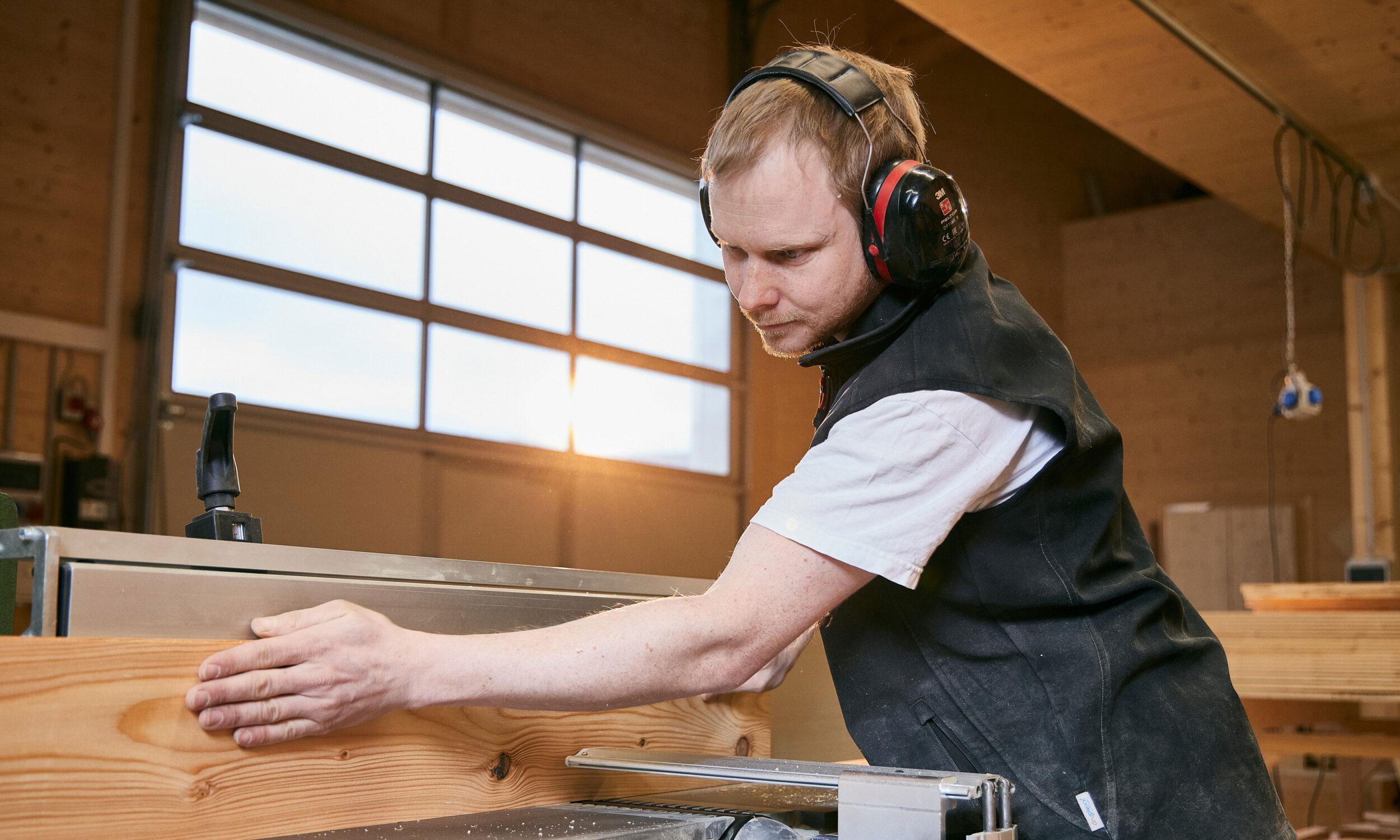 Schreiner beim Arbeiten, Holzbau Eiler