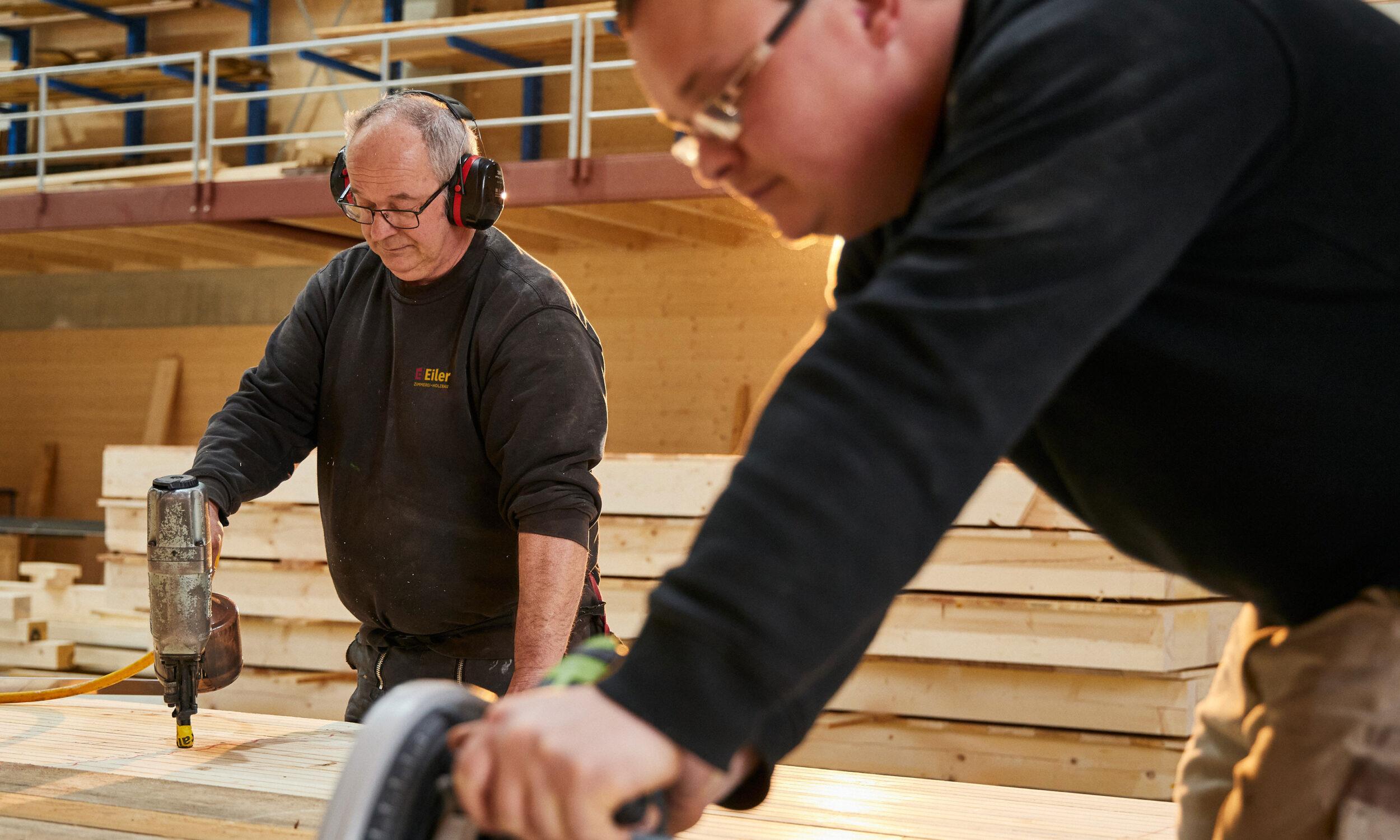 Mitarbeiter bei der Arbeit, Holzbau Eiler